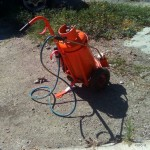 FOTO 12 - Semplice e sicuro attrezzo carrellato per un piro-diserbo efficace ed ecologico.
